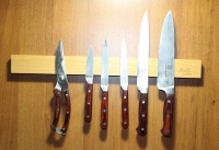 Магнитный держатель для ножей.